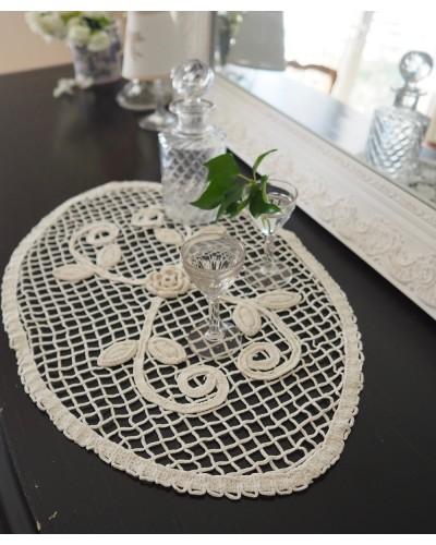 Napperon ancien fait au crochet, oval, avec une rose