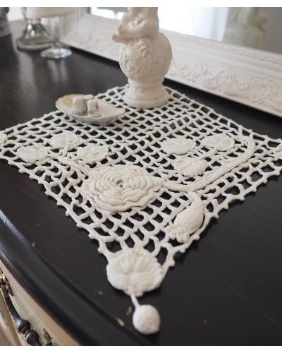 バラの手編みのドイリー  四角