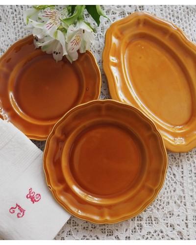キャラメル色のデザート皿2枚とラヴィエ1枚