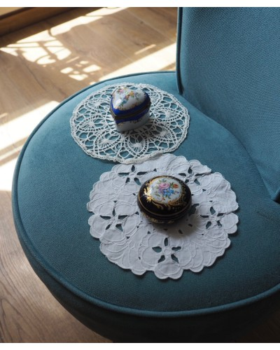 2 napperons ronds blancs, crochet et dentelle anglaise