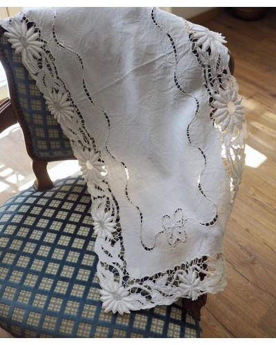 リボンの刺繍が素敵なテーブルセンター