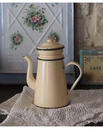 クリーム色の琺瑯製コーヒーポット