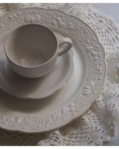 Lot une assiette plate blanche Digoin Sarreguemines 1920-1950 estampillé fruits, une tasse, sous tasse et un napperon blanc
