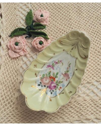 バラのブーケが描かれた貝型ラヴィエ(黄色系)