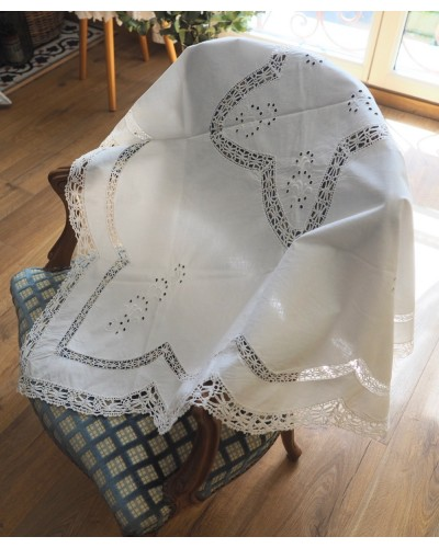 手編みクロシェレースと手刺繍のテーブルクロス