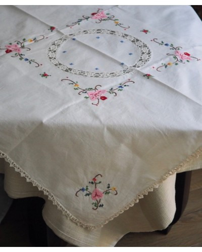 手編みレースと手刺繍のテーブルクロス 正方形