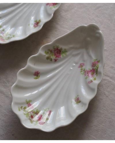 ピンクの小花の貝型ラヴィエ