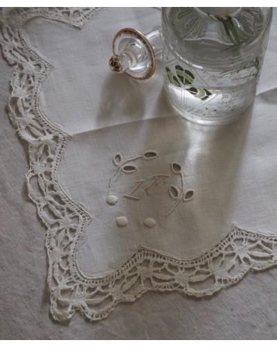 モノグラムが入った手刺繍のハンカチ