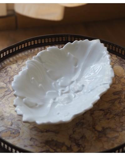 ブドウの葉モチーフの白ラヴィエ